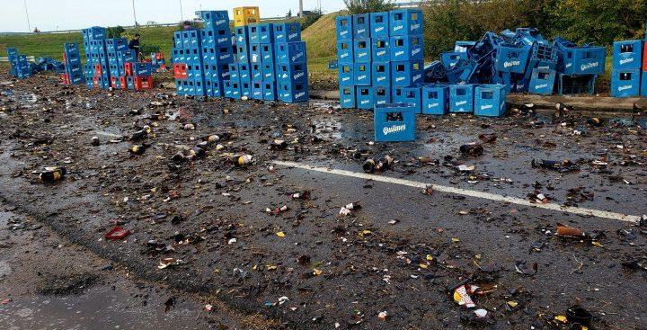 Volcó un camión repleto de cajones de cerveza: la Policía tuvo que asistir para evitar robos