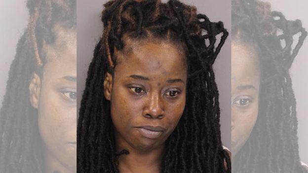 Una mujer llevó durante varios meses los cadáveres de sus sobrinos en el baúl del auto
