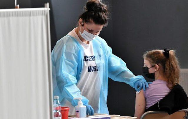 Comenzaran a aplicar la vacuna Moderna a menores de entre 12 y 17 años