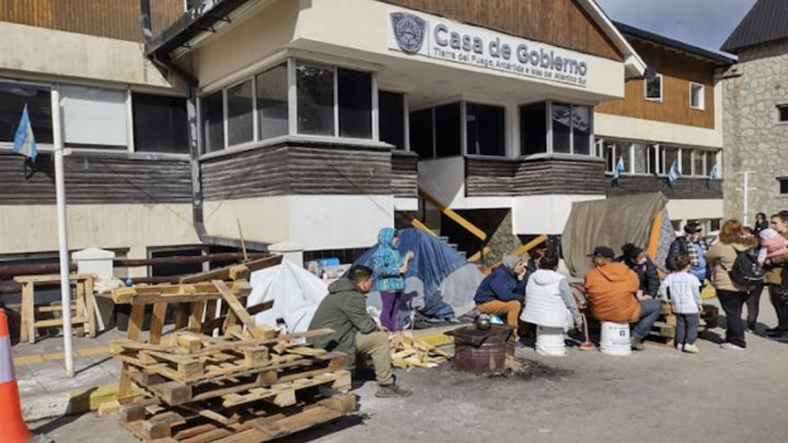 Acampe frente a Casa de Gobierno, reclaman viviendas